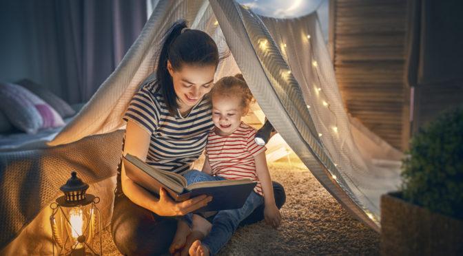 mama i córka czytają książkę na dobranoc